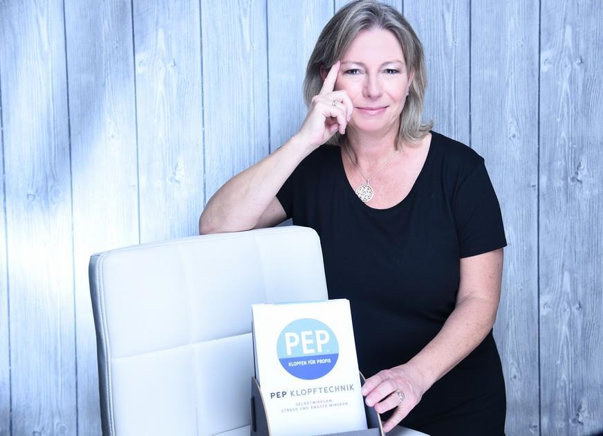 Sabine Schwarze mit den PEP Karten von Markus Zimmermann. PEP wird sichtbar.